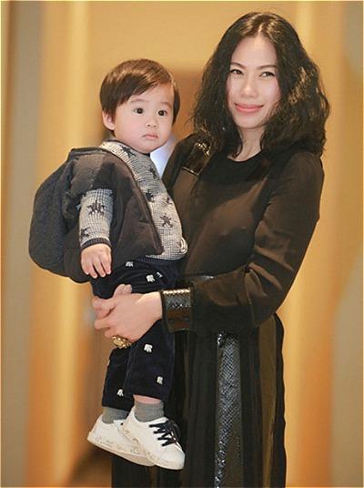 Tùng Dương trước đây kín tiếng về cuộc sống gia đình. Anh lần đầu khoe vợ và con trai năm 2017.