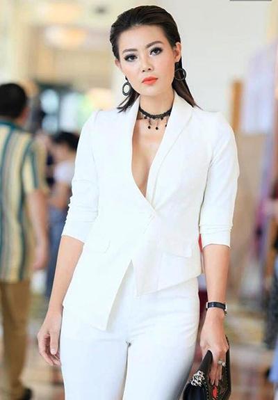 Thanh Hương biến tấu với suit vạt lệch, kết hợp với vòng cổ choker.