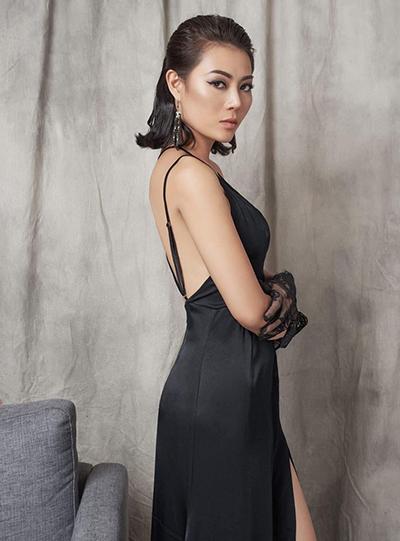 Thanh Hương thường mặc đầm đen hoặc trắng, kết hợp với lối trang điểm sắc sảo.