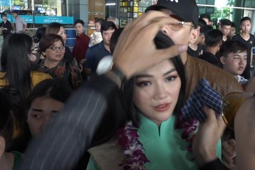 Fan chen chúc, xô đẩy đón Hoa hậu Trái đất Phương Khánh - ảnh 2