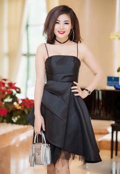 Đầm hai dây cũng là trang phục được cô ưa chuộng.