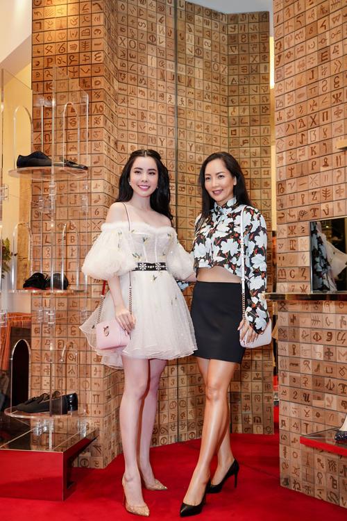 Huỳnh Vy cho biết, trong các kiểu phụ kiện, cô chú ý đến giày cao gót vì nó khiến đôi chân thêm dài và cuốn hút. Người đẹp chia sẻ, bản thân là một tín đồ của những đôi giày đế đỏ. Tại sự kiện, Huỳnh Vy chụp ảnh lưu niệm cùng nữ doanh nhân Mai Son - người mang nhiều thương hiệu thời trang nổi tiếng thế giới về Việt Nam.