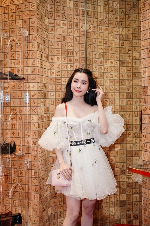 Hoa hậu Du lịch Thế giới 2018 Huỳnh Vy khoe nhan sắc ngọt ngào với chiếc đầm trắng tinh khôi thêu họa tiết tỉ mỉ. Phần ống tay bồng tôn vẻ dịu dàng, đậm chất tiểu thư của người đẹp.