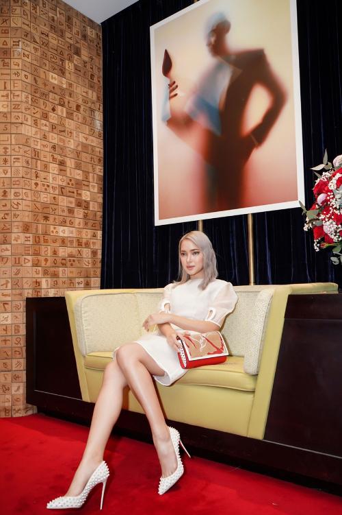 Fashionista Châu Bùi ấn tượng khi phối giầy của Christian Louboutin và đầm trắng.