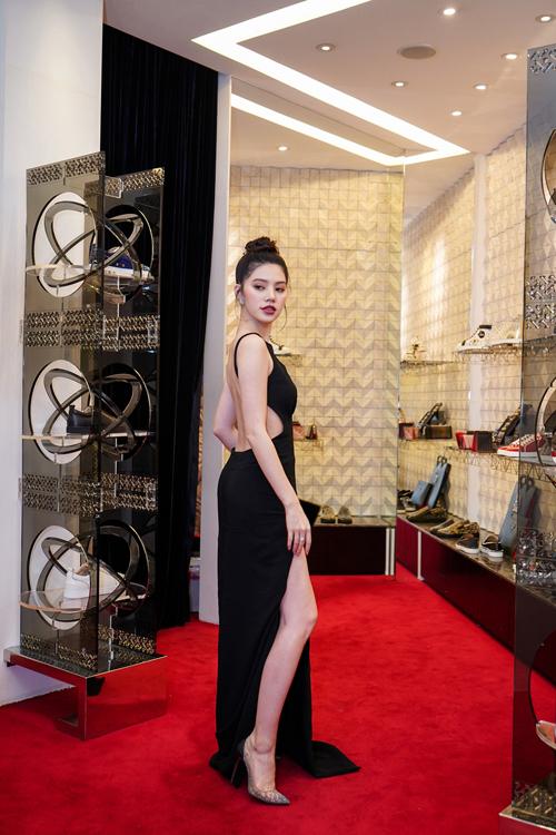 Set đồ của hoa hậu nổi bật hơn khi kết hợp cùng đôi giày cao gót màu nude đính đá lấp lánh của Christian Loubountin. Jolie Nguyễn cho biết, tủ giày của cô có khoảng 100 đôi, trong đó các mẫu giày của Christian Louboutin chiếm hơn 50% và được sưu tập từ năm cô 16, 17 tuổi.