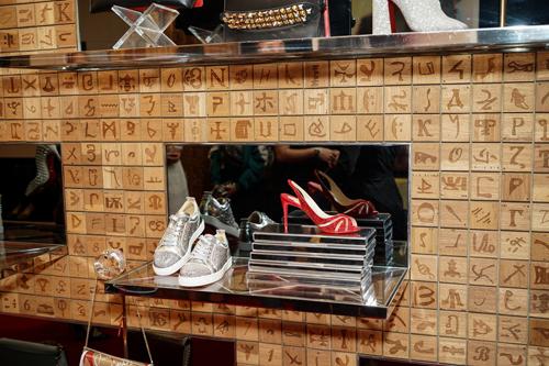 4 thiết kế Louboutin ra mắt lần này gồm: boots Hilconissima, boots So Full Kate, sneakers Louis Junier và giày cao gót đế đỏ Alta Spina. Trong đó, boots Hilconissima được làm bằng chất liệu da bê phủ nhũ ánh kim, giúp các tín đồ thời trang nổi bật ở mọi sự kiện; boots So Full Kate ánh vàng - bạc tạo hiệu ứng phản chiếu ánh sáng đa chiều từ chi tiết kim loại lấp lánh; sneakers Louis Junier sang trọng hiện đại với toàn bộ mũi và thân giày đính kết tỉ mỉ hàng nghìn viên đá quý với độ sáng và cắt góc giống như kim cương. Đôi cao gót Alta Spina đánh dấu sự trở lại của thương hiệu giày đế đỏ Louboutin với những mảng vải lưới đan tay màu nude tao nhã trên giày, góp phần tạo nét mềm mại, uyển chuyển cho người dùng.