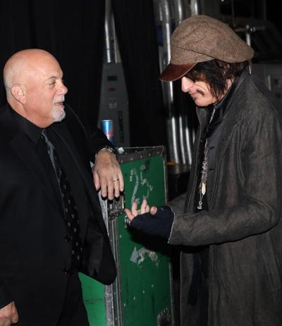 Joe Perry (đội mũ) và Billy Joel trước buổi biểu diễn cuối tuần trước.