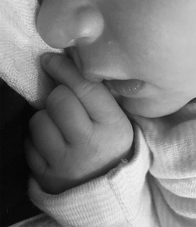 Kate Upton chia sẻ hình ảnh đầu tiên của con gái.
