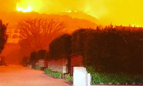 Orlando Bloom đăng hình ảnh đám cháy trước cửa nhà lên Instagram.