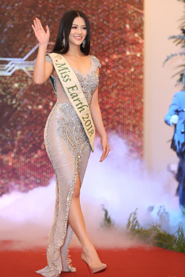 Hoa hậu Trái đất Phương Khánh diện đầm tôn vòng một