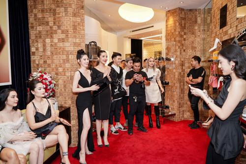 Cuối tuần qua, thương hiệu Christian Louboutin tại Việt Nam có buổi trình làng bộ sưu tập mới ở TP HCM. Nhiều hoa hậu, á hậu cùngcác diễn viên, ca sĩ, fashionista nổi tiếng của showbiz Việt đồng loạt xuất hiện tạisự kiện.