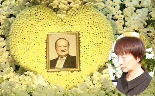 Bà Lâm Nhạc Di xuất hiện ở lễ tang chồng.