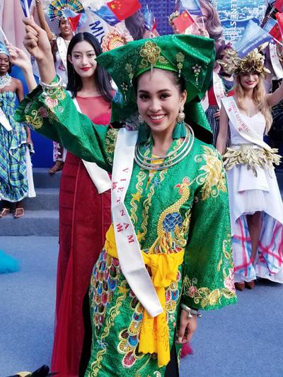 Tiểu Vy chào khán giả có mặt tại Mangrove Tree Resort sau phần thi Dance of the World ngày 11/11.