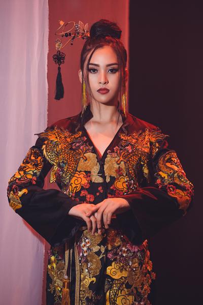 Hoa hậu Tiểu Vy mặc trang phục cổ trang khi biểu diễn tiết mục.