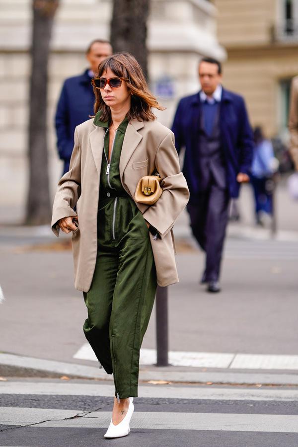 Những cách mặc áo liền quần sành điệu khi trời lạnh