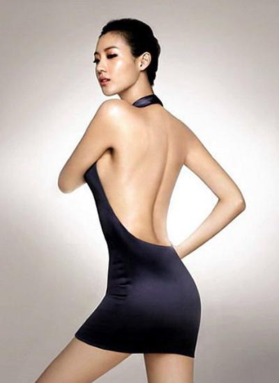 Claudia sinh ngày 25/1/1985 tại Seoul, Hàn Quốc, cao 1,77 m.