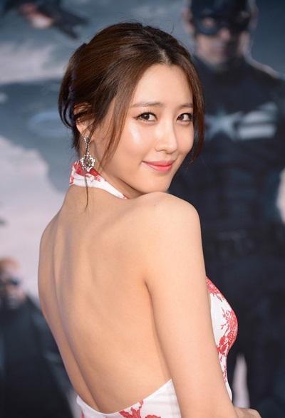 Trên thảm đỏ, nữ diễn viên thường chọn những bộ đầm hở vai, lưng.