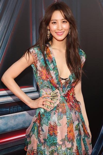 Người đẹp ghi điểm cùng váy xẻ ngực sâu.