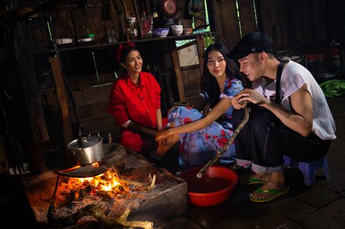 HHen và Hoàng Thùy nấu các món truyền thống của người Ê Đê.
