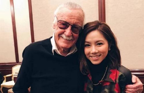 Stan Lee và ca sĩ Đặng Tử Kỳ.