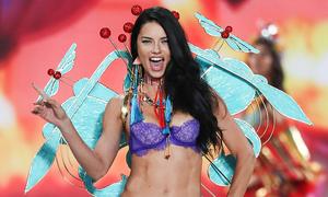 Các màn diễn 'bốc lửa' của Adriana Lima qua 19 năm ở Victoria's Secret