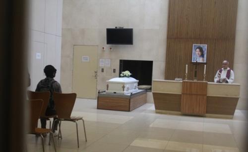 Sáng 15/10, người thân cử hành lễ tang khoảng 5 phút, sau đó đưa thi thể Lam Khiết Anh đi hỏa táng.