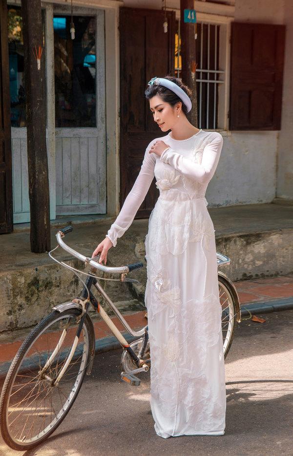 Nguyễn Hồng Nhung dạo phố cổ Hội An