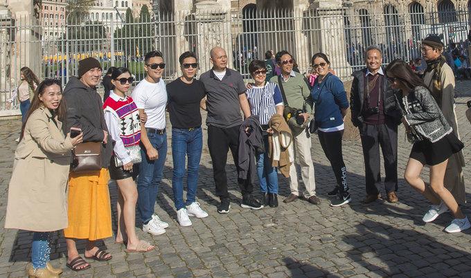 Quốc Cơ, Quốc Nghiệp thư giãn trước khi diễn xiếc tại Italy