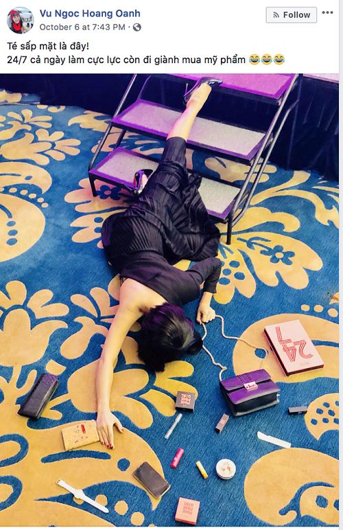 Hoàng Oanh chọn xu hướng chụp hình #fallingstars2018, Trào lưu này đòi hỏi người tham gia phải nằm sõng soài trên mặt đất theo nhiều ý tưởng khác nhau mà điển hình nhất với khối đồ hiệu khổng lồ bên cạnh. MC chọn ngay bộ sản phẩm M.O.I 247 nằm cạnh bên mình.