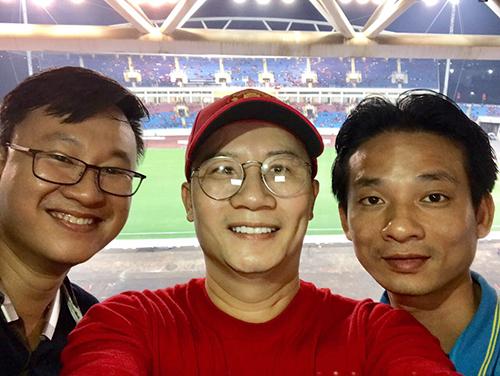 Ca sĩ Hoàng Bách (giữa) và bác sĩ phụ trách chính về mặtthể lực củacầu thủđội tuyển U23 quốc gia -Nguyễn Trọng Thủy (phải)cổ vũ đội tuyển Việt Nam.