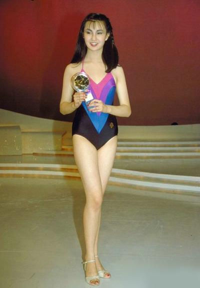 Trương Mạn Ngọc mới đây thu hút sự chú ý khi xuất hiện tại một sự kiện thời trang ở Thượng Hải. Đây là sự kiện hiếm hoi cô tham gia trong hơn ba năm qua. Trên Weibo, nhiều người chia sẻ ảnh thời trẻ của Trương Mạn Ngọc, bày tỏ nuối tiếc quãng thời gian cô đóng phim.Người đẹp gia nhập đài truyền hình TVB năm 1983, sau khi giành ngôi Á hậu cuộc thi Miss Hong Kong. Cùng năm, cô thi Miss World và lọt vào top 15.