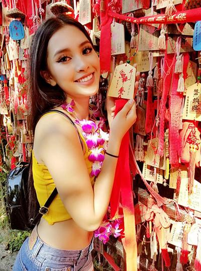 Ngày 17/11, Tiểu Vy tới công viên Động Thiên Tam Á - công viên 800 tuổi ở Đảo Hải Nam - viết lời cầu nguyện và vui chơi trên bờ biển.