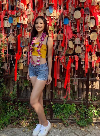 Đại diện Việt Nam mặc crop-top khoẻ khoắn, kết hợp cùng quần jeans, khoe vòng eo con kiến.