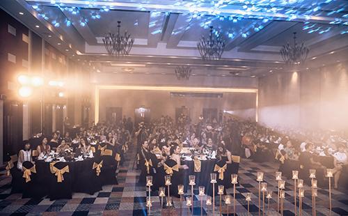Không gian buổi tiệc được trang hoàng tỉ mỉ, tinh tế và sang trọng với tiếng đàn violin dặt dìu. Đây là sự gửi gắm tình cảm chân thành từ Deaura đến các khách hàng.