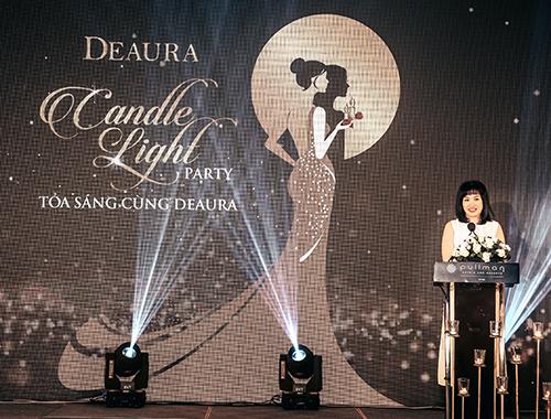 Bà Lê Thanh Thúy thay mặt thương hiệu chia sẻ niềm hạnh phúc với khách mời. Hành trình gắn bó dài và đẹp của phụ nữ với DeAura là minh chứng cho niềm tin yêu mà mọi người dành cho thương hiệu.