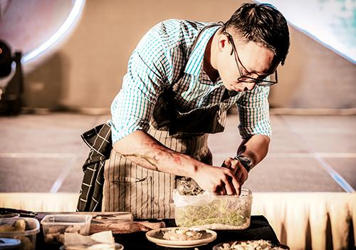 Một trong những khách mời của buổi tiệc, đầu bếp Nguyễn Mạnh Hùng - nhân vật truyền cảm hứng năm 2018 cùng các cuốn sách như Trái tim của chef đem đến những chia sẻ hữu ích về chế độ ăn uống hỗ trợ cho quá trình làm đẹp. Anh cũng nhấn mạnh nguyên lý chế biến nguyên liệu nhằm giữ lại tối đa các chất dinh dưỡng cần thiết cho làn da.