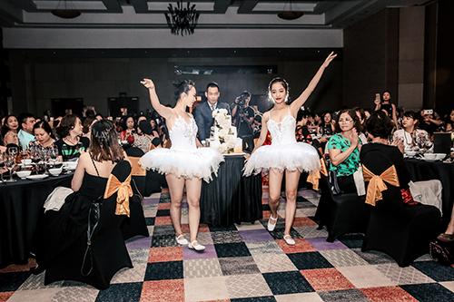 Candle Light - Tỏa sáng cùng Deaura còn đặc biệt hơn với phần chúc mừng sinh nhật cho các khách hàng có ngày sinh từ tháng 7 đến tháng 12. Âm nhạc hòa quyện cùng vũ điệu uyển chuyển của những vũ công ballet khiến không khí trở nên lãng mạn, ngọt ngào.