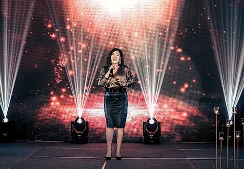 Ca sĩ Minh Ngọc - Á quân The Voice Việt Nam 2018 xuất hiện trên sân khấu với bốn ca khúc: Never enough, Cô ấy là ai, Bóng mây qua thềm, Vì em đã quá yêu anh. Các ca khúc đều truyền tải nhiều cung bậc cảm xúc về tình yêu, ước mơ, niềm kiêu hãnh,... mang tới những giây phút lắng đọng, nồng nàn.
