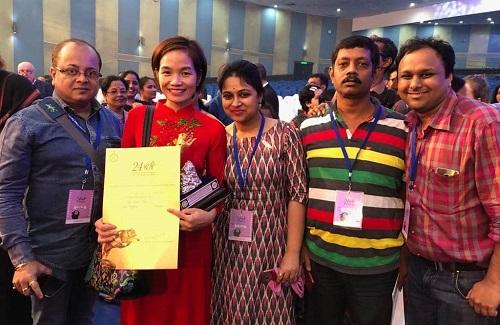 Trần Thị Bích Ngọc (áo đỏ) - nhà sản xuất của phim - ăn mừng sau lễ trao giải.
