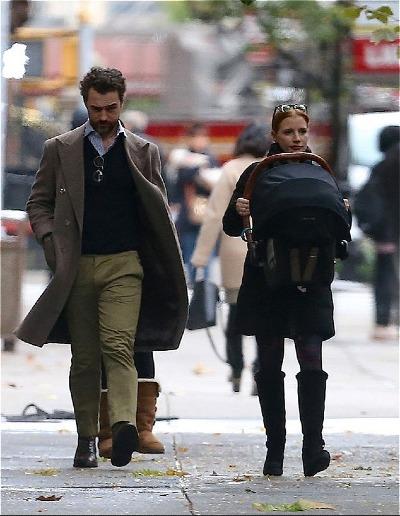 Vợ chồng diễn viên địu con trên đường phố New York.