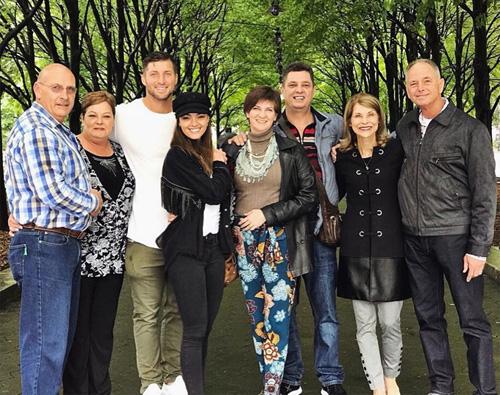 Hồi tháng 9, gia đình Demi-Leigh Nel-Peters tới New York gặp gỡ gia đình bạn trai cô. Người đẹp chia sẻ trên trang cá nhân: Thật may mắn và biết ơn khi được ở bên bố mẹ tôi và gia đình đặc biệt của ai đó.