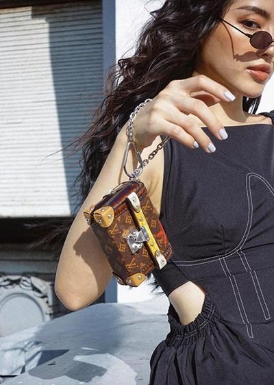 Người mẫu Khánh Linh với túi Louis Vuitton 1.180 USD (27,5 triệu đồng).