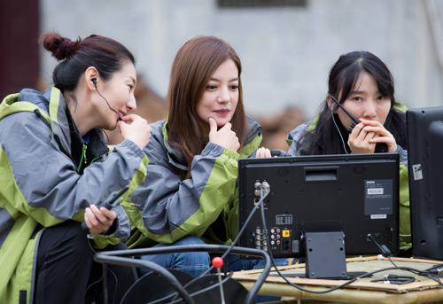 Triệu Vy đang đạo diễn một phim công ích.