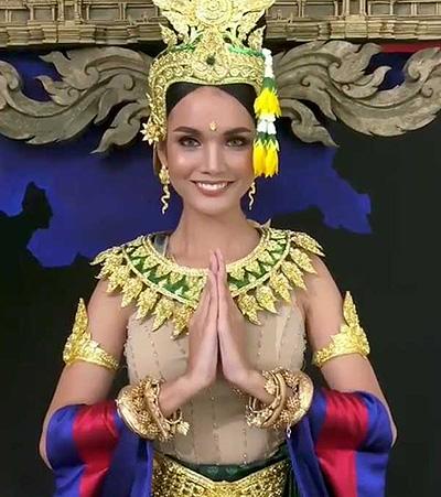 Người đẹp Nat Rern của Campuchia mặc trang phục có tên gọi: Campuchia, đất nước diệu kỳ. Tác phẩm là thiết kế của Madam Boutique Amy, lấy cảm hứng từ ngôi đền Angkor Wat nổi tiếng.