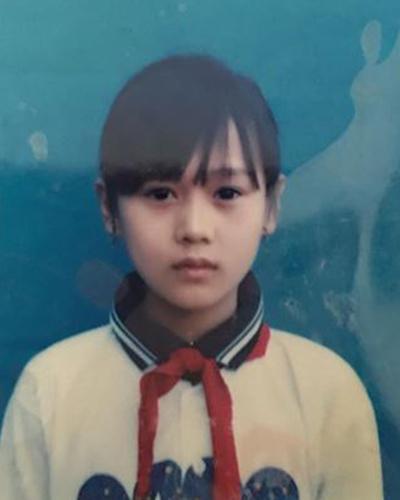 Phương Oanh sinh năm 1989 trong gia đình có bốn anh chị em tại Phủ Lý, Hà Nam.