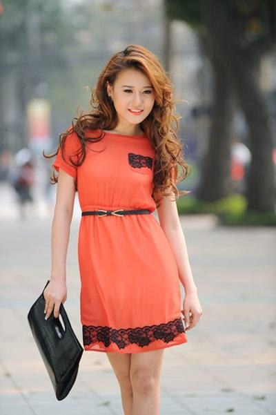 Trong những năm 2008 - 2011,Phương Oanh được biết đến với vai trò người mẫu tự do. Cô trung thành với mái tóc dài tỉa lớp được ưa chuộng trong thập niên cũ,chải ngôi lệch.