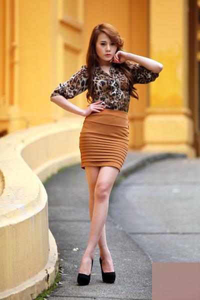 Phương Oanh tạo dáng trong bộ hình quảng cáo cho một hãng thời trang công sở năm 2012.