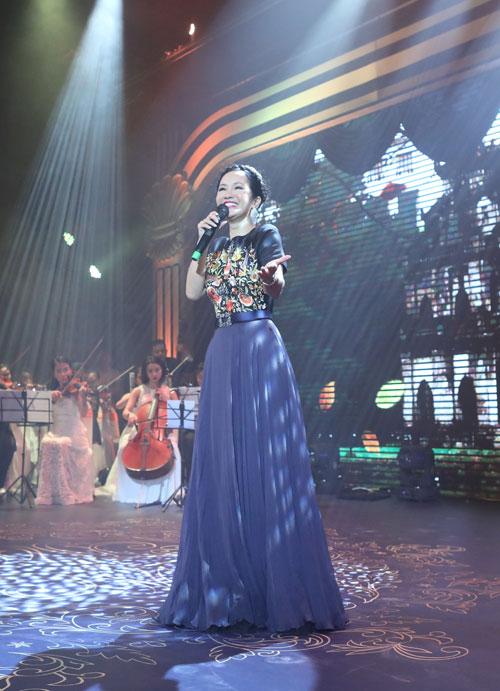 Tối 18/11, Hồng Nhung tham gia Đêm hòa nhạc Hoàng gia Danisa - Mở lời tri ân. Đây là món quà Danisa thay người tiêu dùng, gửi lời cảm ơn tới các thầy cô giáo nhân ngày 20/11.