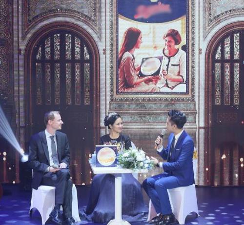 Sau khi trình diễn Hồng Nhung đã cùng Tham tán thương mại Đại sứ quán Đan Mạch tại Việt Nam - ông Bo Monsted (ngoài cùng bên trái) trò chuyệnvới khán giả về chuyến thăm Đan Mạch, trải nghiệm đáng nhớ cũng như phong cách tặng quà của họ. Nữ ca sĩ chia sẻtại cung điện Christiansborg, cô có cơ hội tham gia tiệc tối chỉ với 5 người gồm nữ hoàng, hoàng thân, công tước, bản thânvà một người chị. Khi đến thăm Hoàng gia Đan Mạch, cô thường chuẩn bị những món quà giản dị nhưng mang giá trị tinh thần cao. Ông Bo Monsted cho biết một món quà tri ân với người Đan Mạch không nằm ở giá trị vật chất mà là tình cảm khi gửi trao bởi người nhận quà rất trân quý điều đó. Ngoài ra,họthường tặng nhau bánh quy vào các dịp đặc biệt.