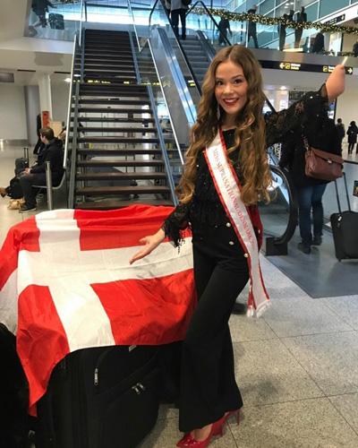 Celina West Riel là thí sinh khuyết tật đầu tiên từng tham gia cuộc thi Hoa hậu Siêu quốc gia. Cô bị mất cánh tay trái từ khi mới chào đời.